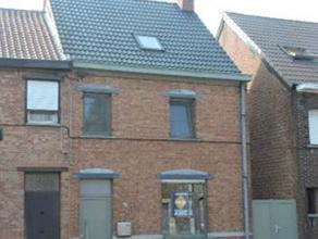 Te Lebbeke verkopen wij deze instapklare woning voorzien van een inkomhal, ruime woonkamer met pelletkachel, ingerichte keuken, berging, badkamer met
