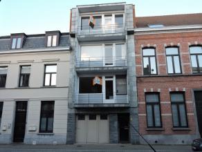 Op het derde verdiep bevindt zich dit appartement. Het omvat 2 slaapkamers, open keuken, leefruimte en douchekamer. Dit appartement ligt midden in het