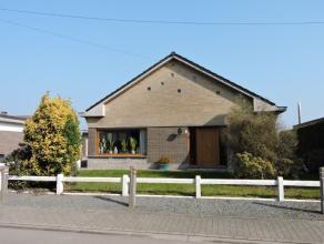 Te Lebbeke vind je deze rustig gelegen bungalow bestaande uit een inkomhal, een ruime woonkamer met veel lichtinval, gezellige keuken, badkamer, 2 sla