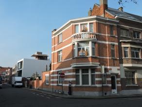 In het centrum van Dendermonde dichtbij invalswegen, winkels, grote markt en dergelijke, bevindt zich deze prachtige woning. Ze heeft een lichtrijke l