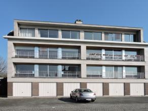 Op het eerste verdiep bevindt zich dit gezellig appartement met een lichtrijke leefruimte, ruime inkomhal, 3 grote slaapkamers, berging, keuken en bad