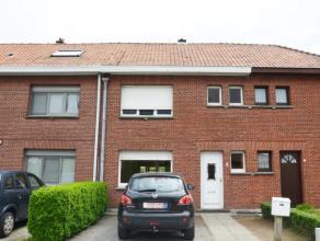 Charmante te renoveren woning gelegen op een perceel van 220 m met voor- en achtertuin. Op het gelijkvloers is er een woonkamer met aansluitende keuke