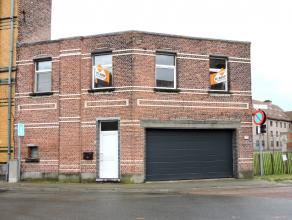 In het centrum van Dendermonde en toch rustig gelegen bevindt zich dit knus appartement. Op het eerste verdiep is de leefruimte met open keuken, badka
