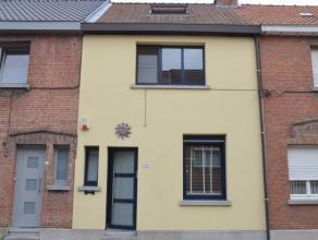 Charmante woning gelegen op een perceel van 150 m met achtertuin. Op het gelijkvloers is er een woonkamer met aansluitende keukenruimte en kelder. Op