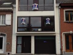 Deze schitterende woning nabij het centrum van Wetteren beschikt op het gelijkvloers over een grote inkomhal, een praktische wasplaats + een extra bur