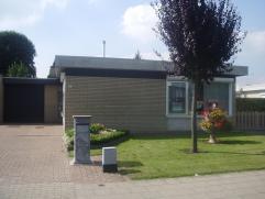 Modern afgewerkte instapklare bungalow met mooi onderhouden tuin, garage en oprit. Aparte inkomhal, zuid-oost gerichte leefruimte met aanpalende keuke