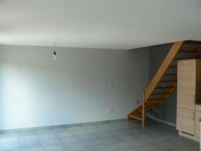 Dit knusse appartement in het centrum van Wetteren beschikt over een mooie woonkamer met veel lichtinval, een luxueuze open ingerichte keuken, een com