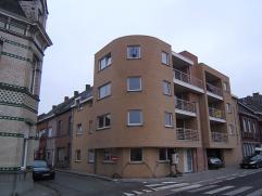 Dit prachtig appartement nabij het centrum van Wetteren beschikt over een ruime woonkamer, een praktische ingerichte keuken met aparte berging, een sc