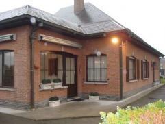 Te Schoonaarde : In een driehoek tussen Aalst, Dendermonde en Wetteren. Deze stijlvolle, kwalitatieve halfopen bebouwing/bungalow met oprit, aparte ga