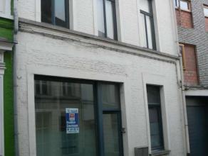 Dit knus appartement in het centrum van Wetteren beschikt over een ruime inkomhal, een prachtige woonkamer met open ingerichte keuken, een praktische