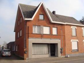 Tussen Aalst en Dendermonde : Robuuste instapklare halfopen bebouwing met 5 à 6 slaapkamers. Op het gelijkvloers : Inkomhal, leefruimte, kamer,