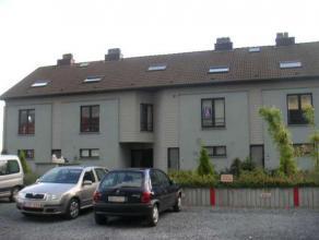 Dit knusse appartement op het gelijkvloers beschikt over een ruime woonkamer, een praktische keuken, een comfortabele badkamer, 1 slaapkamer en een ap
