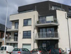 Dit gezellig appartement nabij het centrum van Wetteren beschikt over een inkomhal, een grote woonkamer met veel lichtinval, een open ingerichte keuke