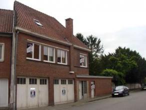 Te Hamme : Halfopen bebouwing met op het glv : Inkom, toilet, wasplaats, fietsenstalling en zeer grote garage (ongeveer 43 m²). Op de 1ste verdie