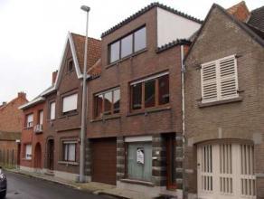 Te Dendermonde :Robuuste, degelijke ééngezinswoning met garage voor 4 wagens en tuin. 4 (6 slaapk mog.).Op het gelijkvloers vindt u een