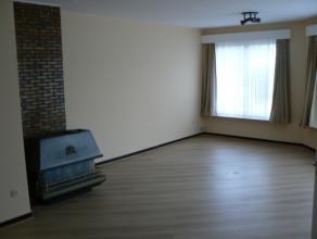 Dit knus appartement beschikt over een ruime inkomhal, een grote woonkamer met veel lichtinval, een praktische keuken, een comfortabele badkamer met l