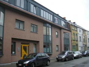Dit appartement is een aanrader voor wie van rust, ruimte & comfort houdt! Zij beschikt over een inkomhal met ingebouwde kasten, een ruime woonkam