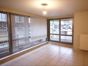 Dit gezellig appartement beschikt over een inkomhal, een ruime woonkamer met veel lichtinval, een comfortabele open ingerichte keuken, een praktische