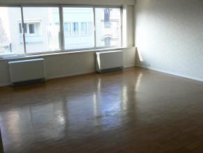 Dit prachtig appartement in het centrum van Wetteren beschikt over een lichtrijke & zeer ruime woonkamer, een gloednieuwe ingerichte keuken, een l