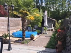 Deze woning omvat een ruime inkomhal, een woonkamer met open keuken, badkamer met ligbad, veranda en een prachtige aangelegde tuin en terras. Op de ve
