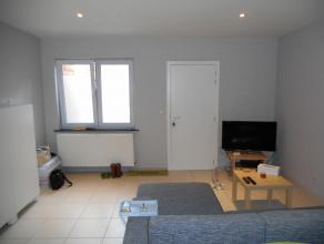 Dit zeer gezellig modern appartement op het gelijkvloers beschikt over een ruime woonkamer met open ingerichte keuken, een comfortabele badkamer met l