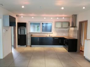 Dit knus appartement beschikt over een grote lichtrijke woonkamer met comfortabele open ingerichte keuken, een grote kamer die kan dienen als bureelru