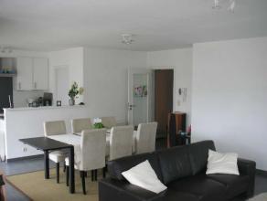 Dit prachtig comfortabel appartement bestaat uit een ruime inkomhal, een apart toilet, een wijde lichtrijke woonkamer met volledig ingerichte keuken,