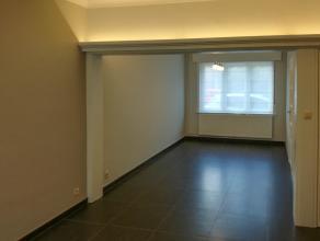 Deze woning is een parel voor wie van rust, ademruimte & comfort houdt! Het gelijkvloers herbergt een inkomhal, een ruime lichtrijke woonkamer, ee
