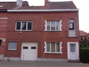 Degelijke, her in te richten rijwoning met garage, kelder en koer nabij centrum Gent maar toch rustig gelegen.<br /> Afz WC beneden, badkamer met WC b