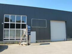 """Een magazijn met kantoor gelegen in de industriezone """"bosduin"""" te Kapellen. Het magazijn heeft een oppervlakte van 575m² en beschikt over een pol"""