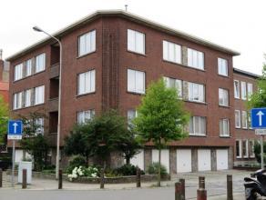 Tof, verzorgd appartement met 2 slaapkamer op de derde verdieping van een kleinschalig appartementsgebouw. Hall met vestiaire, woonkamer op parket en