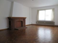 Tof, verzorgd appartement met 1 slaapkamer op de derde verdieping van een kleinschalig appartementsgebouw. Hall met vestiaire, woonkamer op parket en