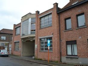 Functionele kantoren (1e verdieping) gelegen op enkele meters van het station en vlot bereikbaar via de E19 (Antwerpen ? Brussel). Beschikbaarheden: U