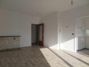 Volledig gerenoveerd en instapklaar appartement (60 m²) gelegen op de 3e verdieping van een kleinschalig appartementsgebouw. Woonkamer, compleet