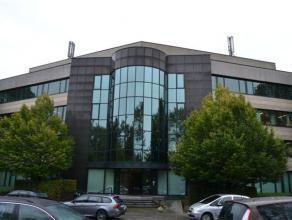 Modern kantoorgebouw bestaande uit vier bouwlagen gelegen in Berchem (Antwerpen). Het geheel is vlot te bereiken via de binnensingel en de ring rond A