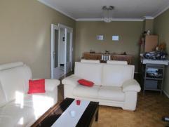 Gemeubeld appartement gelegen op de 2Â verdieping. Inkomhall met vestiarekast, woonkamer op parket. Volledig ingerichte keuken met kasten en toe