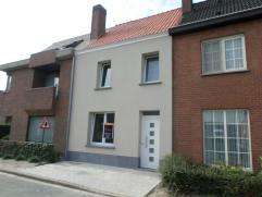Perfect instapklare rijwoning met 3 slaapkamers te Denderbelle. Deze woning is totaal gerenoveerd: Nieuw dak, ramen, chauffage en leidingen, elektrici