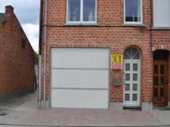 Beschrijving Halfopen bebouwing Instapklare woning, type bel-etage. Gelegen in het centrum van Oudegem in een zeer rustige straat (doodlopend). De tot