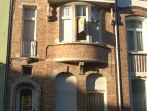 Beschrijving Gesloten bebouwing Grondig op te frissen, charmevolle herenwoning in centrum van Dendermonde. Ideaal gelegen op 100 meter van de grote ma