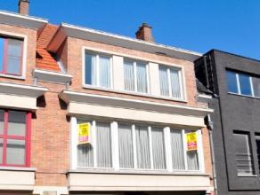 Beschrijving Gesloten bebouwing Ruime statige stadswoning in het centrum van Dendermonde Gelijkvloers: Prachtige inkomhal, garage-berging-wasplaats, t