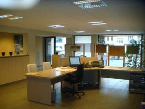 Beschrijving Gesloten bebouwing Centraal te Dendermonde, uiterst commercieel gelegen en volledig afgewerkte kantoorruimte/handelsruimte met uitgeruste