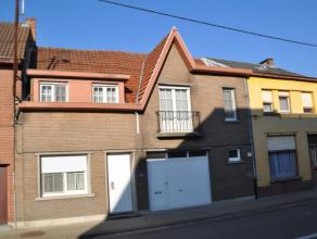 Beschrijving Gesloten bebouwing Deze woning situeert zich buiten het centrum van Lebbeke. Indeling. Gelijkvloers: Inkomhall, apart toilet, woonkamer,
