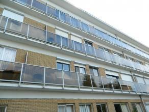 Beschrijving Gesloten bebouwing Gelegen op de tweede verdieping in een appartementsgebouw met lift. Het appartement omvat: Inkom, afzonderlijk toilet,