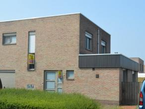 Beschrijving Halfopen bebouwing Deze lichtrijke woning is gelegen in een rustige buurt te Oudegem en heeft heel wat troeven. De HOB beschikt over 2 sl
