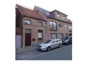 Gezellige rijwoning in het centrum van St.-Gillis op 1a80 met tuin, terras en tuinhuis onderverdeeld in: Gelijkvloers: Inkomhall, living, keuken, bad