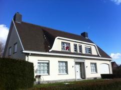 Deze stijlvolle villa met karakter bevindt zich in een rustige straat te Zwevezele. De woning omvat op het gelijkvloers een ruime living met open haar