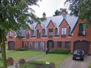Drie woningen als goede investering! Omgeven door groen en velden vinden we deze woning terug: twee ruime half open bebouwing met drie slaapkamers en
