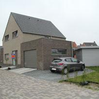 Prachtige ruime en super rustig gelegen nieuwbouw woning (2011-2012) bestaande uit een inkom met trap en een apart toilet, ruime living/zithoek en ope