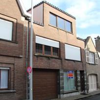 Zeer ruime gesloten bebouwing (Bel-étage) bestaande uit: op het gelijkvloers een heel ruime inkom met trap (kan als winkelruimte of praktijk ge