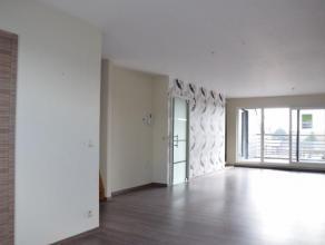 Recent duplex appartement dichtbij het centrum. Het is gelegen op de 4e verdieping (lift) en bestaat uit een woonkamer met volledig ingerichte keuken